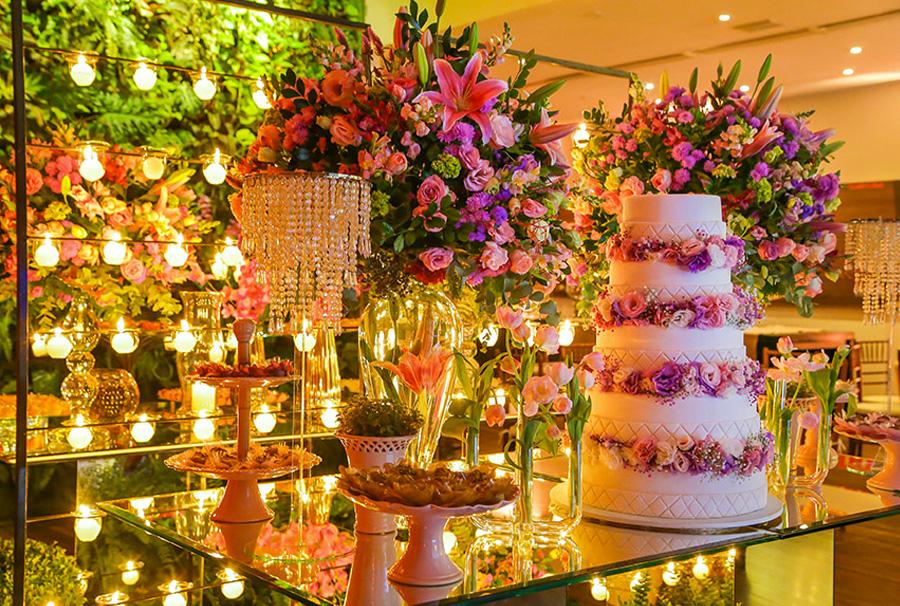 Decoração mesa de bolo e doces com flores casamento Trio Vila Olímpia