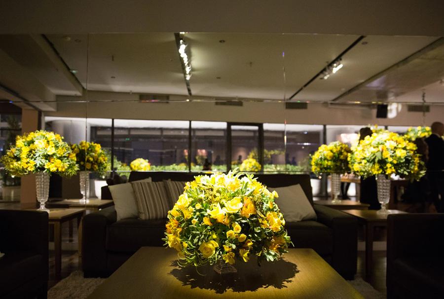 Espaço para convidados de casamento decoração flores amarelas Trio Pérgola