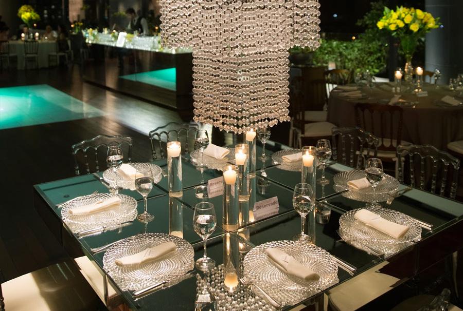 Mesa de convidados casamento decoração de espelhos e cristais Trio Pérgola