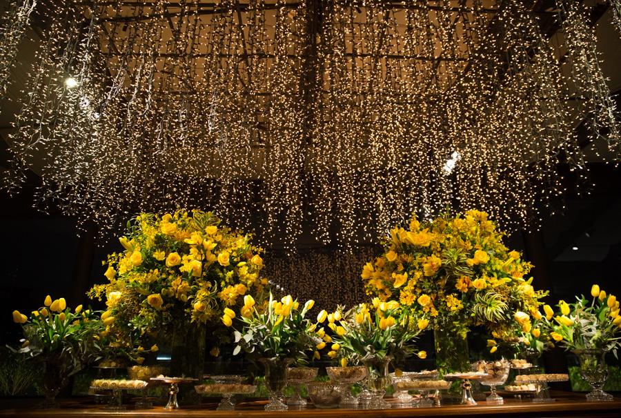 Decoração de casamento com luzes flores amarelas Trio Pérgola