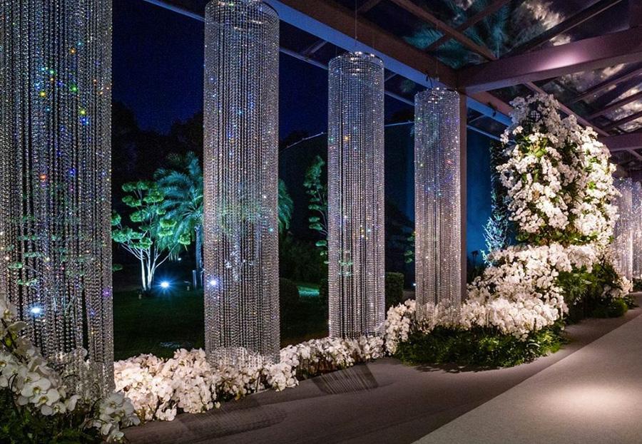 Decoração com cascata de vidros e orquídeas brancas Dannilo Camargos e Valéria Leão Inspiração Grupo Trio