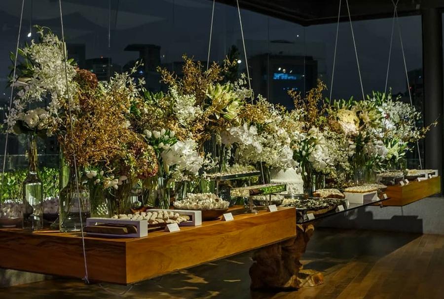 Decoração mesa suspensa com doces e flores Grupo Trio